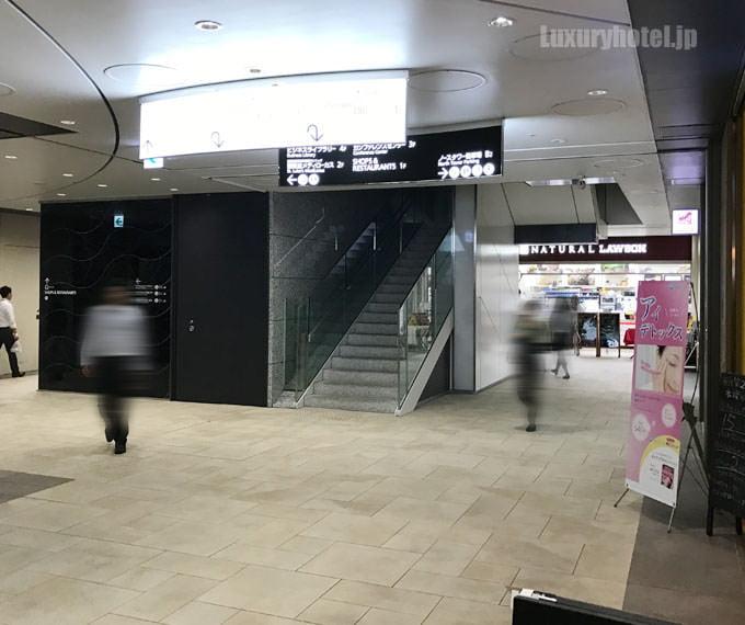 階段脇を超えてローソンまで行く