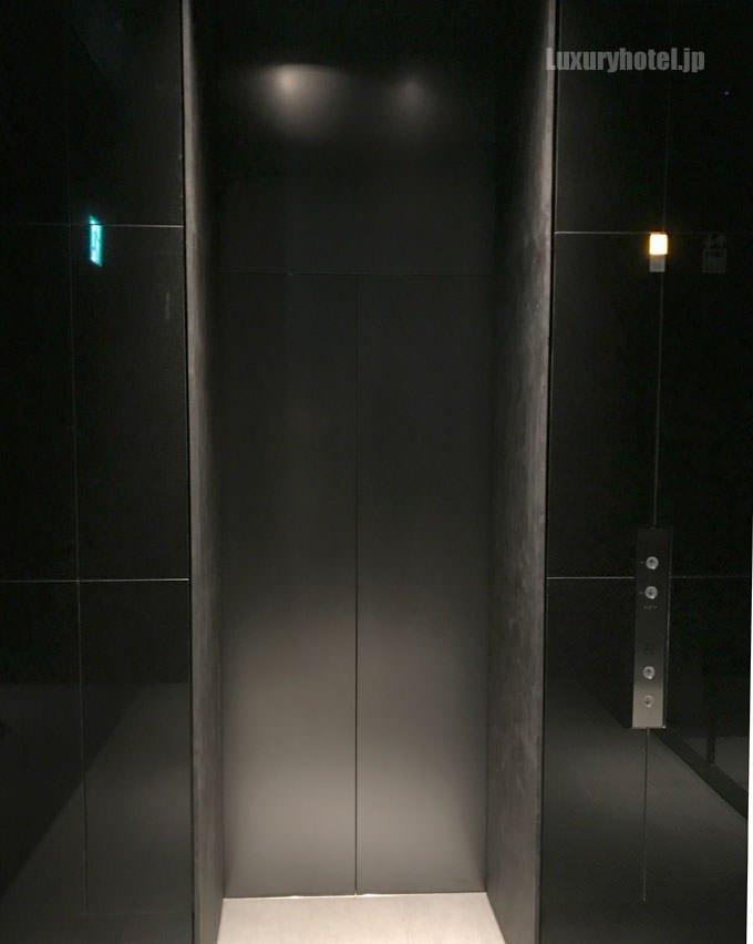 入り口に入って右手に小さな黒いエレベーターがある