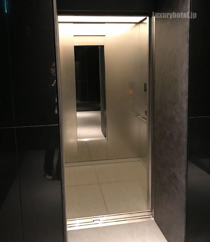 エレベーターの中へ狭い