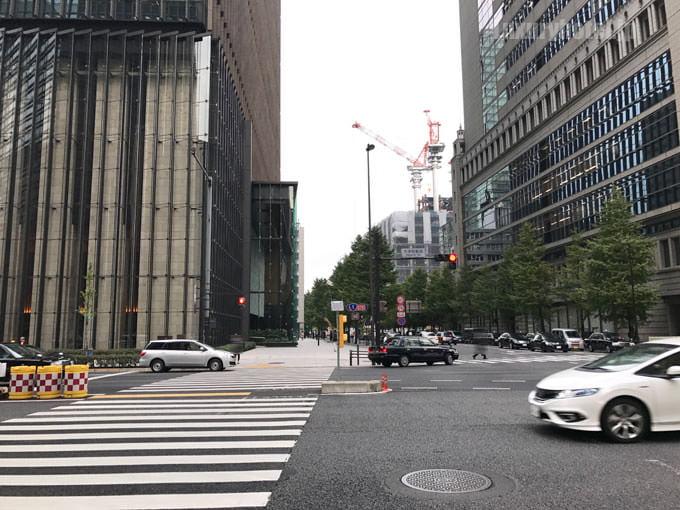 大手町タワーがある交差点を渡ってまっすぐ