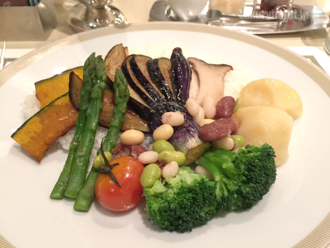 帝国ホテル東京のベジタブルカレーは野菜が一杯乗っている