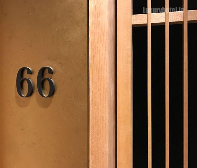 格子戸の横の部屋番号