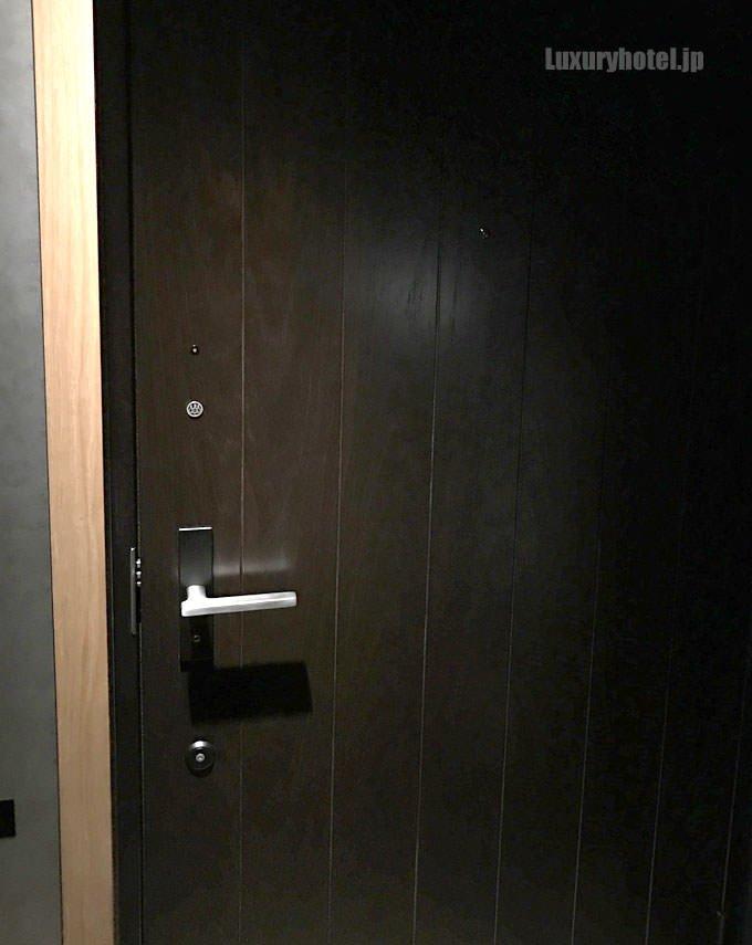 66号室のドア