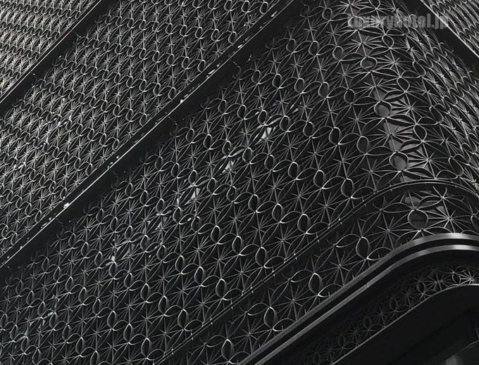 ビルの壁面の模様は江戸小紋の紋様になっている