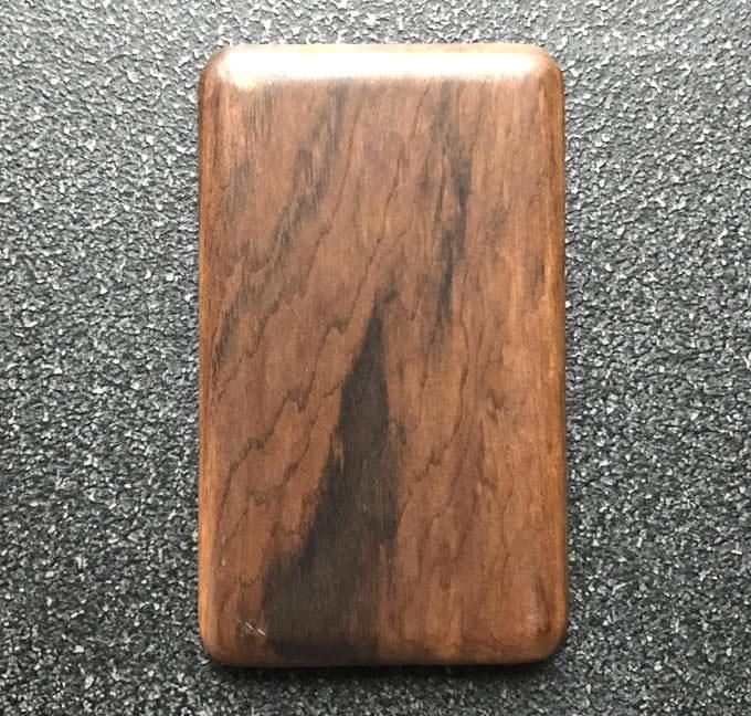 巾着の中には木製のカード型キー