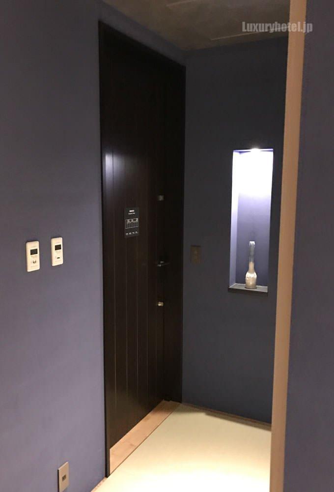 部屋の入り口のドア