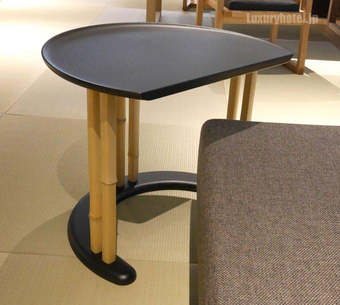 ソファの前には木製のテーブル