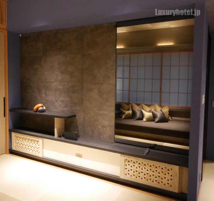 ソファの向かい側には鏡がある