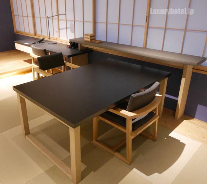 リビングルームにあるテーブルセット