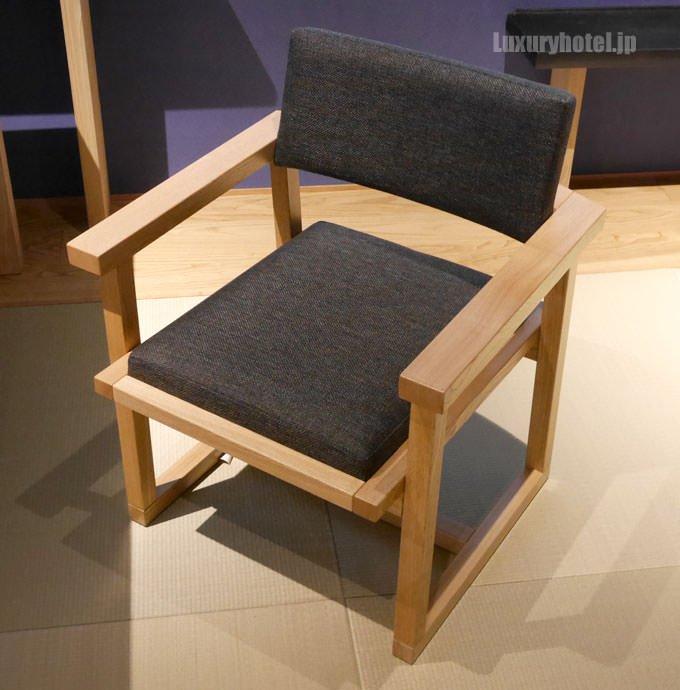 リビングの椅子は木製