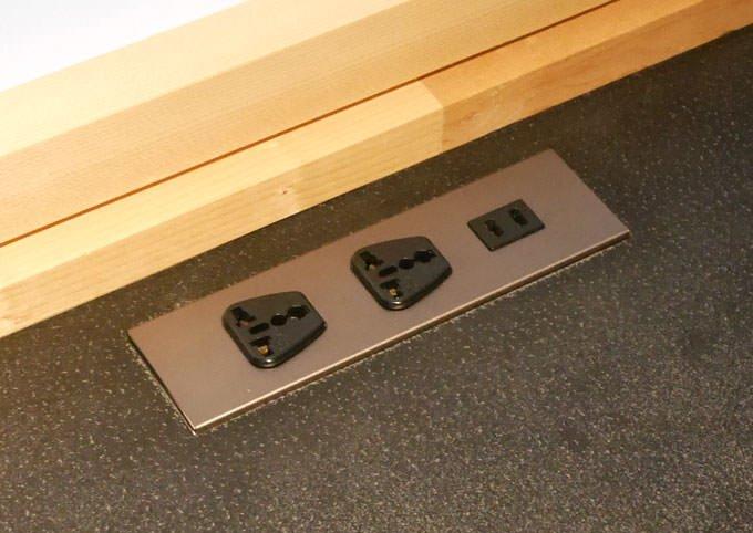 テーブルには3つの電源コンセントがある