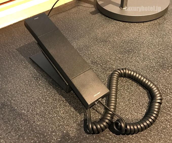 デスクの色に合わせたヤコブ・イェンセンの黒い電話