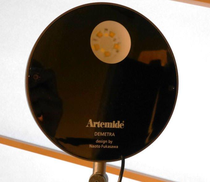 デスクライトはアルテミデの「Demetra」。深澤直人デザイン