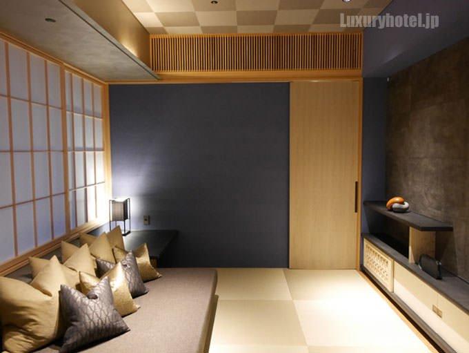 星のや東京 「菊」のバスルームはリビングの隣