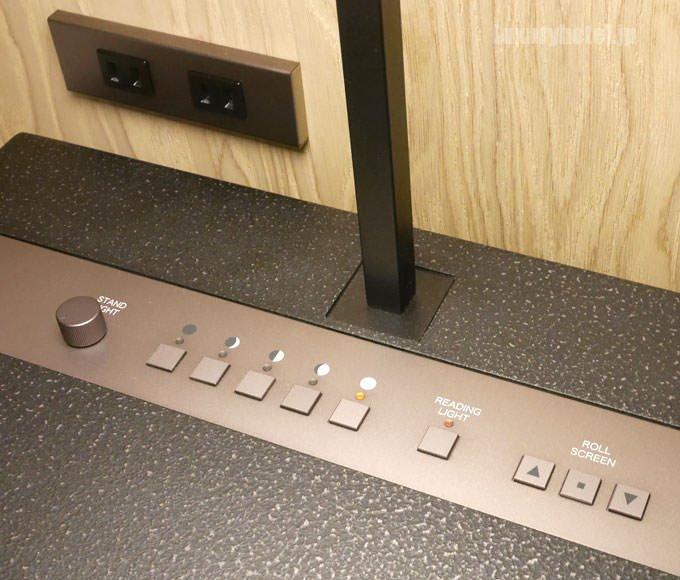 サイドテーブルは照明やシェードの操作パネルがある