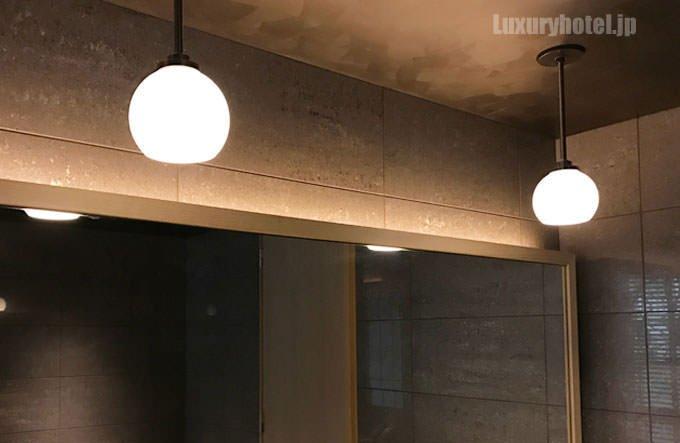 天井から2つの照明 薄暗い