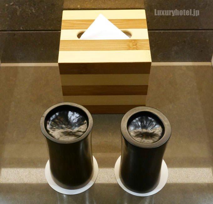 洗面台の間にはコップとティッシュボックス
