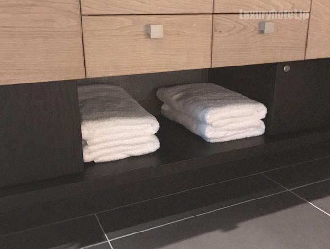 バスタオルは洗面台の下にある