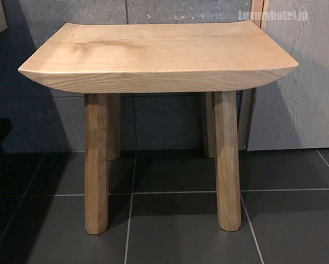 洗面台の脇には木製の椅子があります
