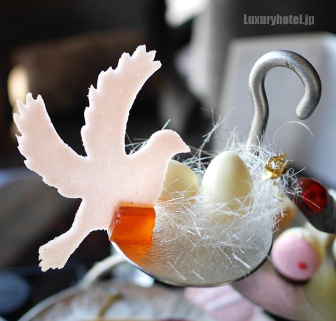 1段目の鳥型のラングドシャとたまご型のショコラ
