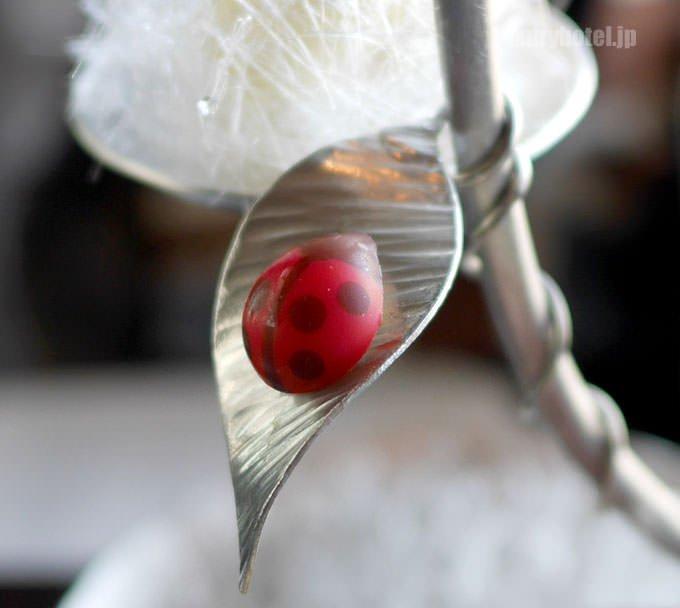 葉っぱの上にてんとう虫型のショコラ
