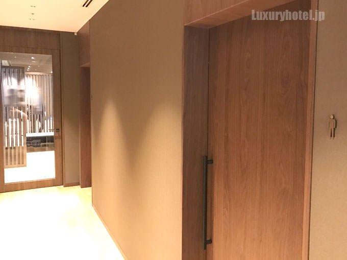 入り口を入ると右手に更衣室、正面奥にジムがある