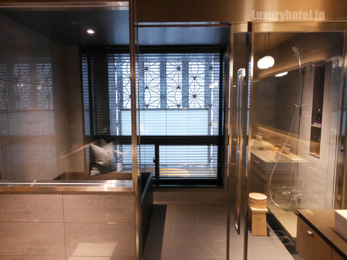 星のや東京 バスルーム全景 洗面所の左隣にある