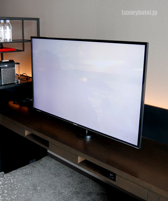 テレビは薄側の大画面テレビ