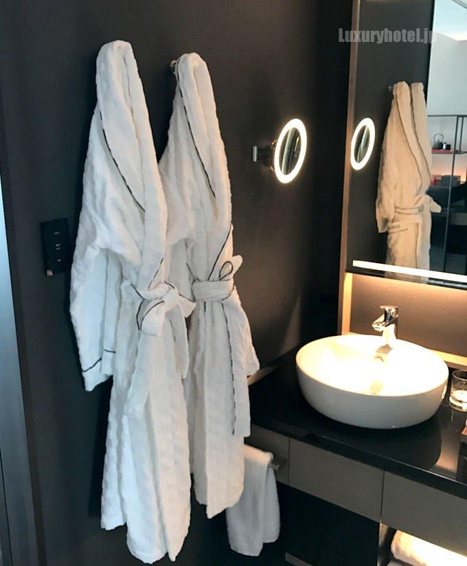 洗面台の脇にバスローブが掛かっている