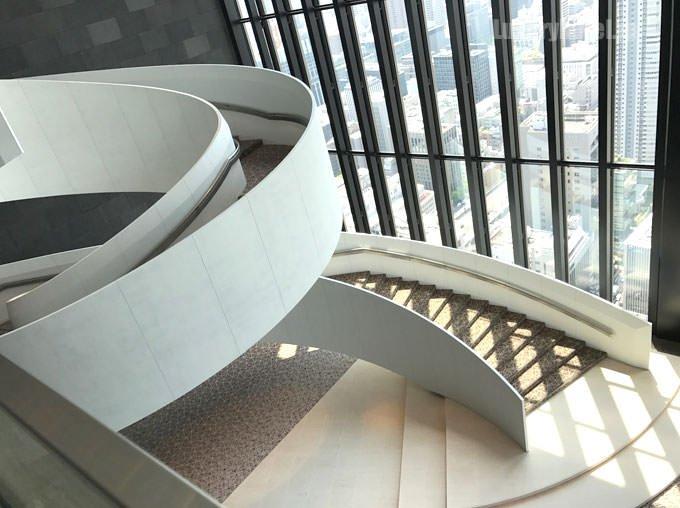 宴会場がある下のフロアに降りるための白い螺旋階段