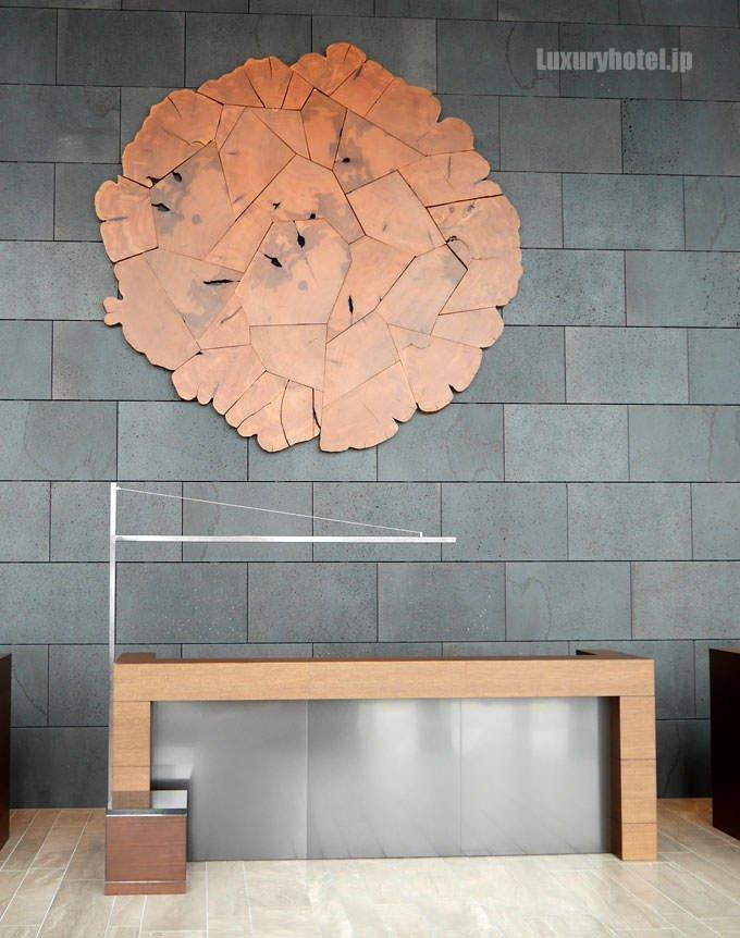 カウンターの背面には木材を使ったアート BrentComber氏の「Vein」