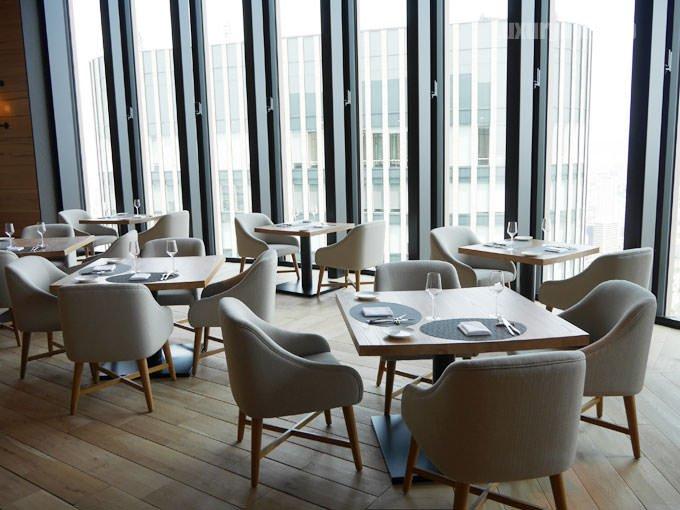 テーブル席からは外の景色を眺めながら食事できる