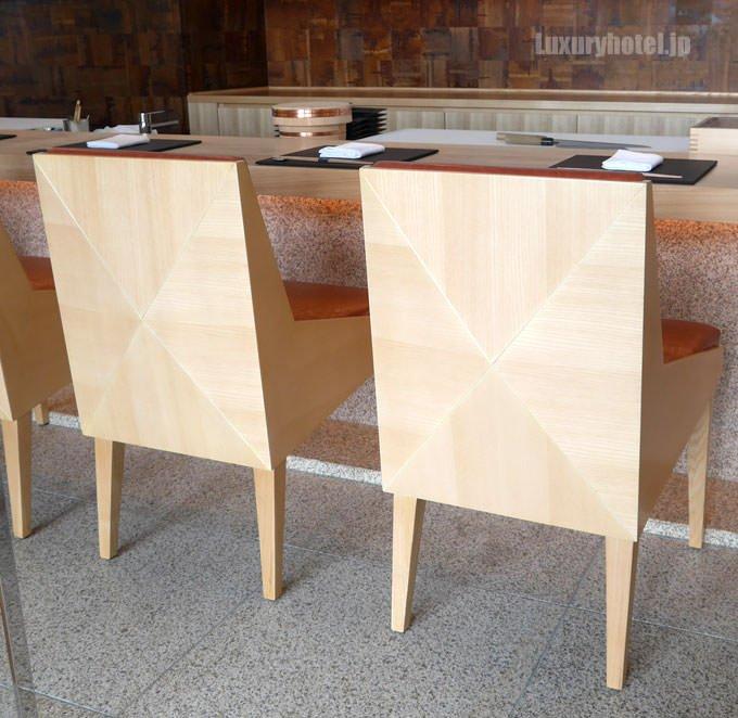 寿司カウンターは折り紙をイメージしてデザインされている