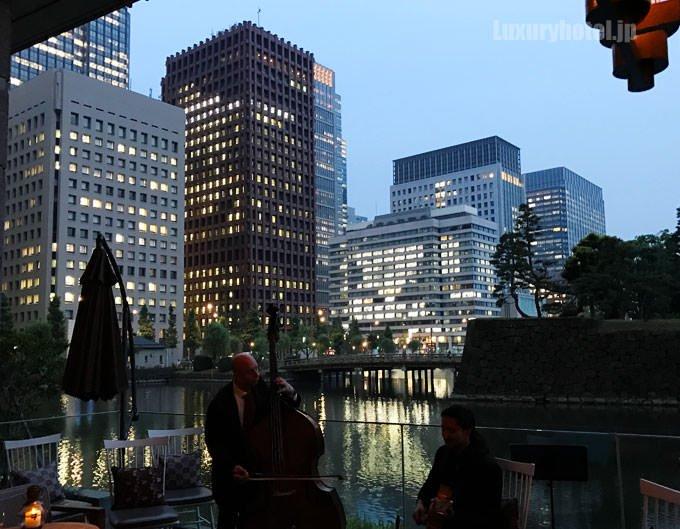 テラス席から見える都会の夜景