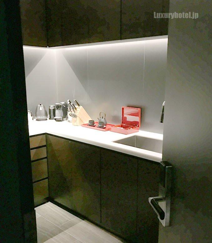 キッチンを廊下側のドアの外から見た様子