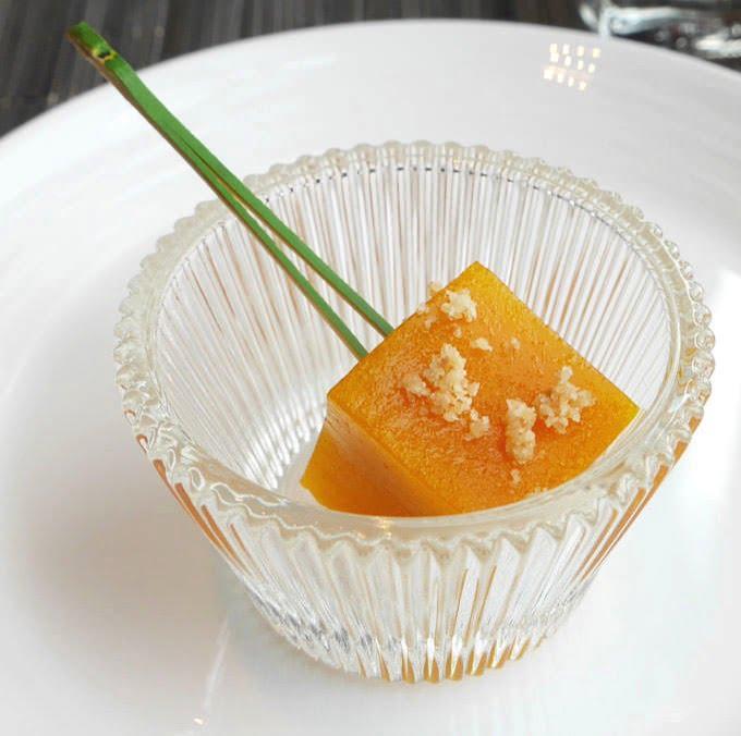 マンゴーパッションのわらび餅 ココナッツクランブル