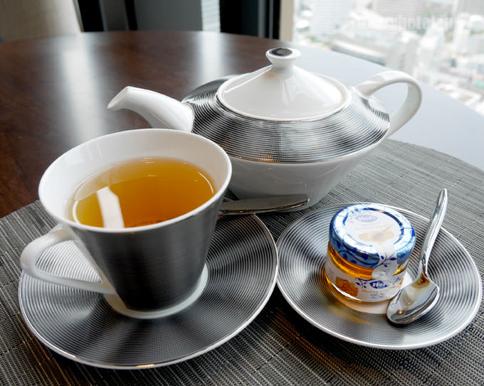 紅茶のポットとカップ 蜂蜜も一緒に届く