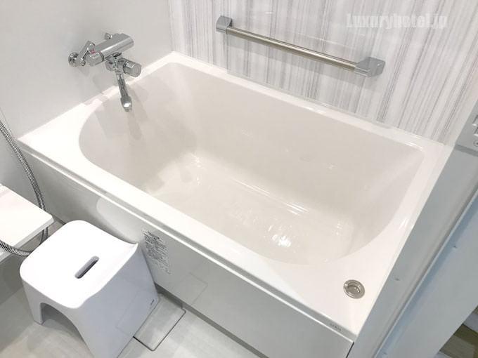 「デラックストリプル 」バスルームのバスタブ