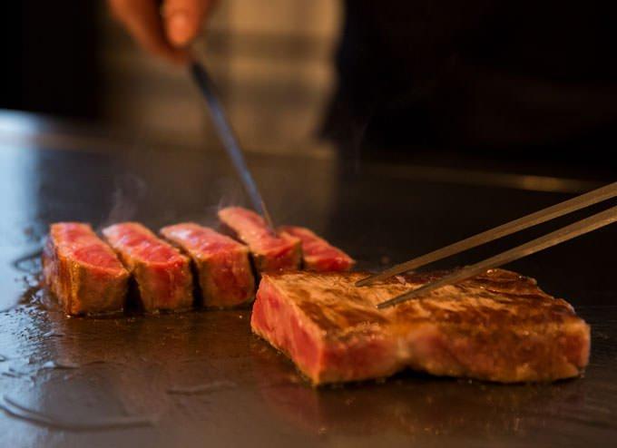 鉄板焼き RURI 肉を焼いている画像
