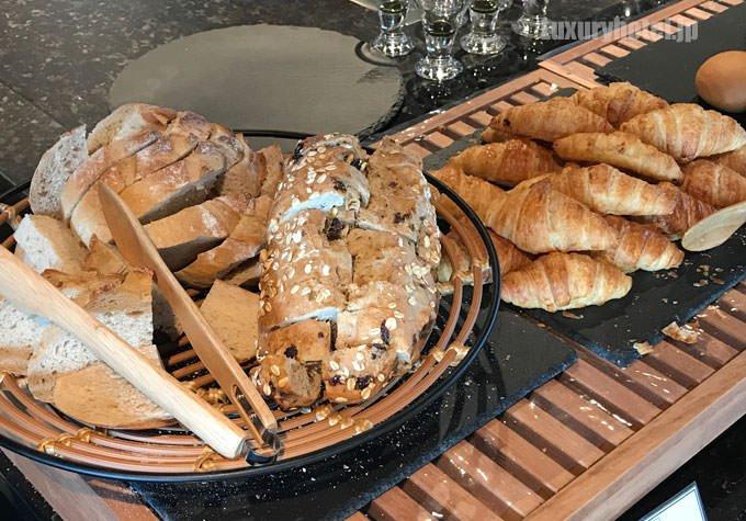 朝食ブッフェのパン1