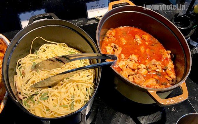 「本日のパスタ」と「チキンとオリーブのトマトソース煮込み」