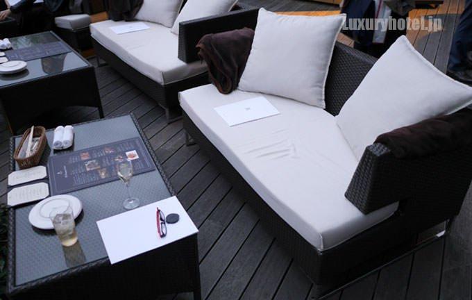 テーブル席と2人掛けの椅子