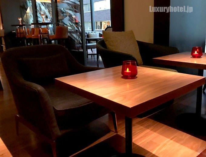 椅子と木製のテーブル