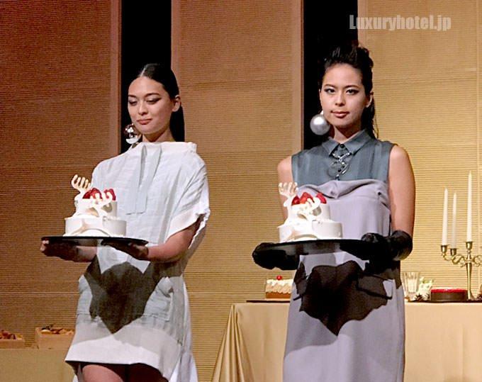 クリスマスケーキを持った女性モデル