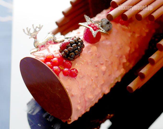 「ブッシュ ド ノエル ルージュ」 中のロールケーキにはフルーツやトナカイのデコレーション