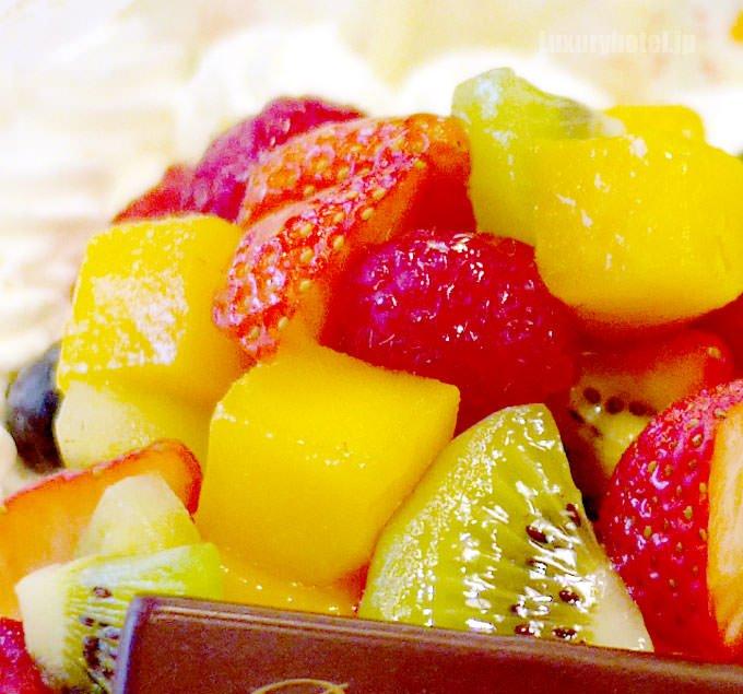 クリスタル フルーツショートケーキの上にはカラフルなフルーツ