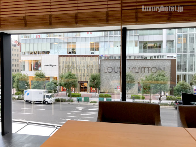 奥の窓際からはビルの向かいのルイヴィトンが見える