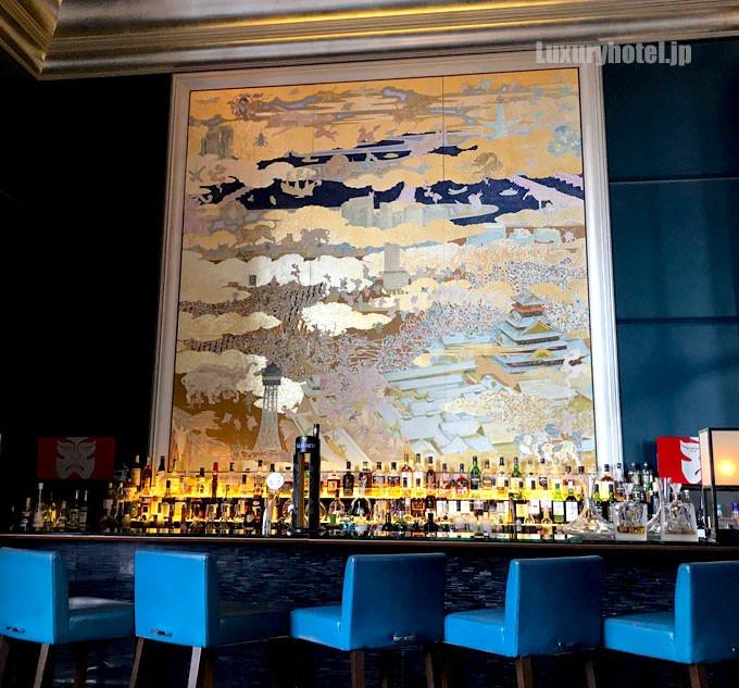 カウンター席には豪華な壁画