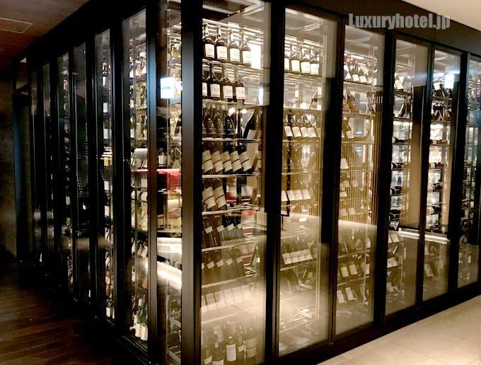 ガラス張りのワインセラー