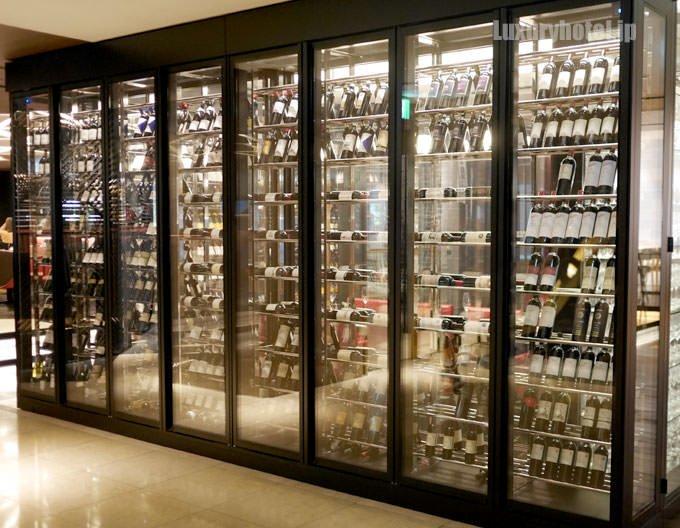 別角度から撮影したガラス張りのワインセラー